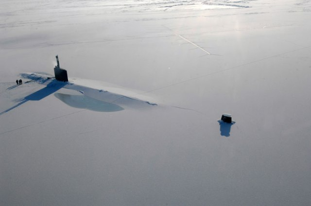 uss_annapolis_submarine-surfaces-in-the-arctic-through-the-ice